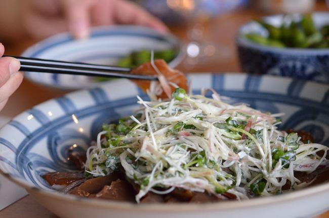 香味野菜をヨーグルトソースでたっぷり食べる