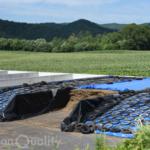 地面に造られた箱型の発酵飼料施設【バンカーサイロ】と【スタックサイロ】